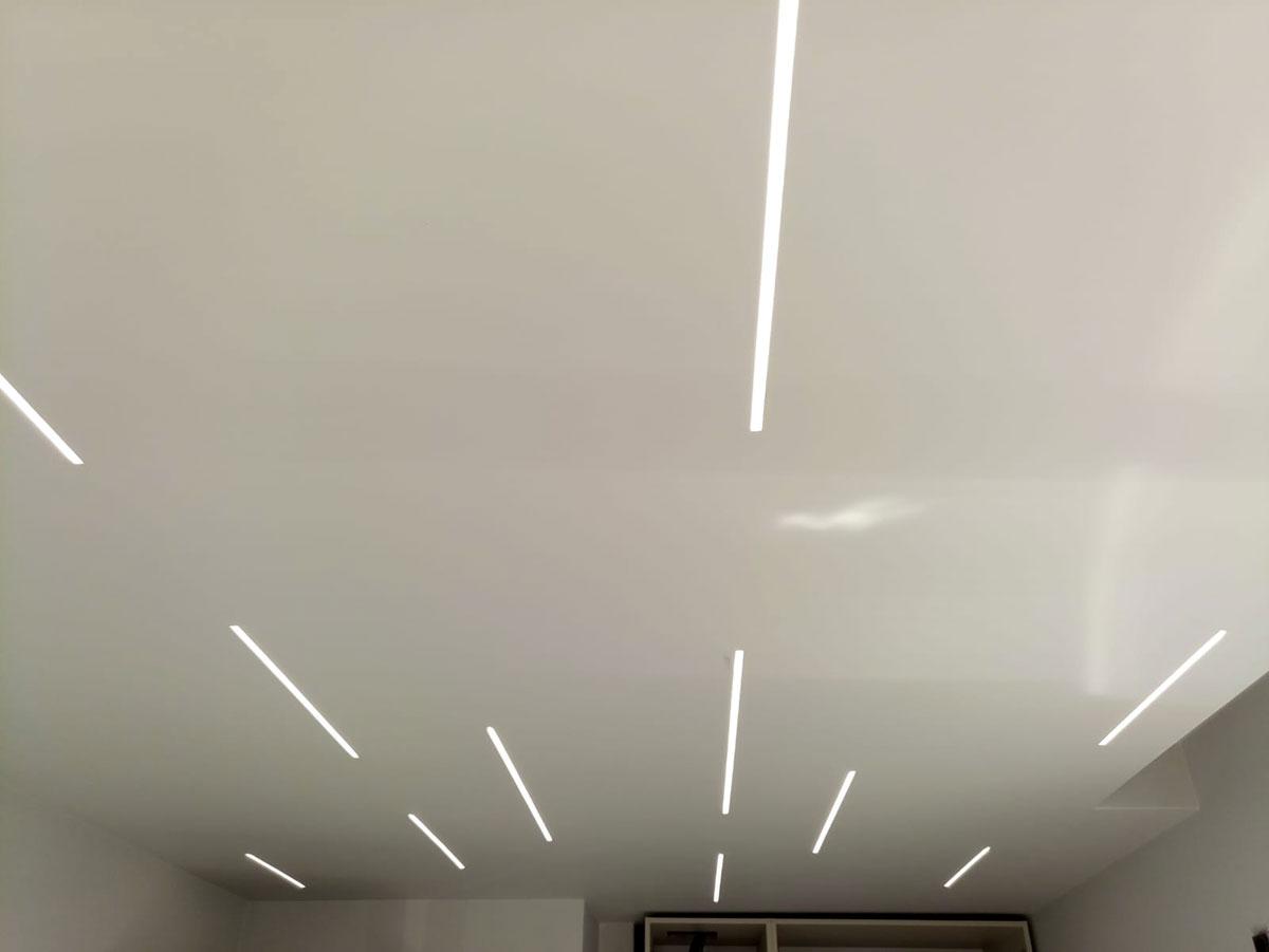 Proiect rezidential,  profile GK inguste de 1 cm, lumina plana neutra