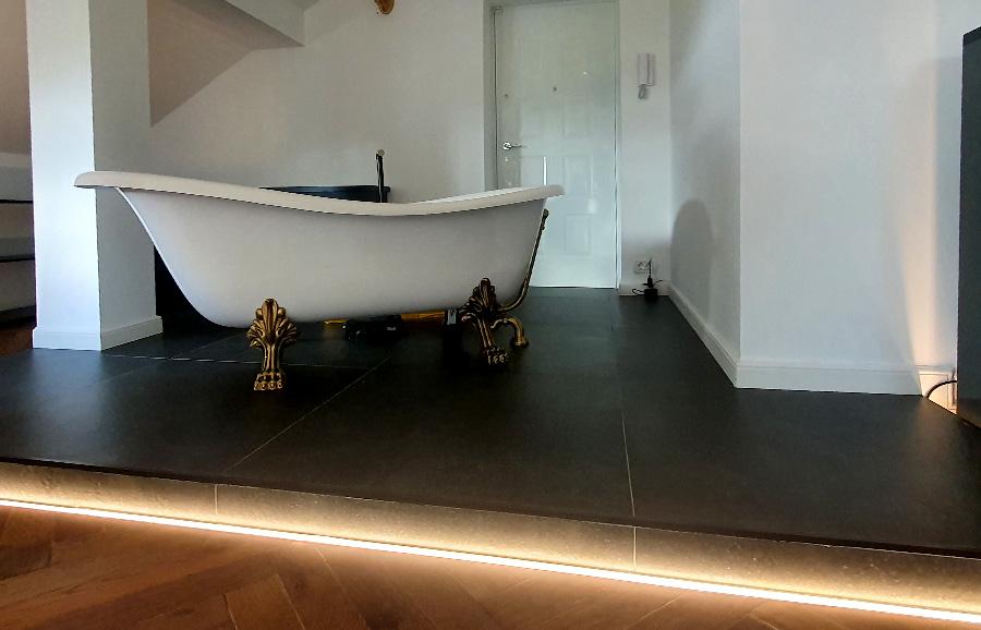 Iluminat mansarda cu baie dus si cada
